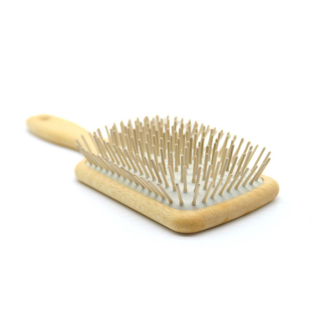 Cepillo de pelo rectangular de púas de madera detalle