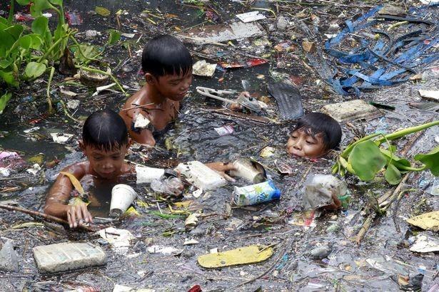 Niños bañándose en plástico
