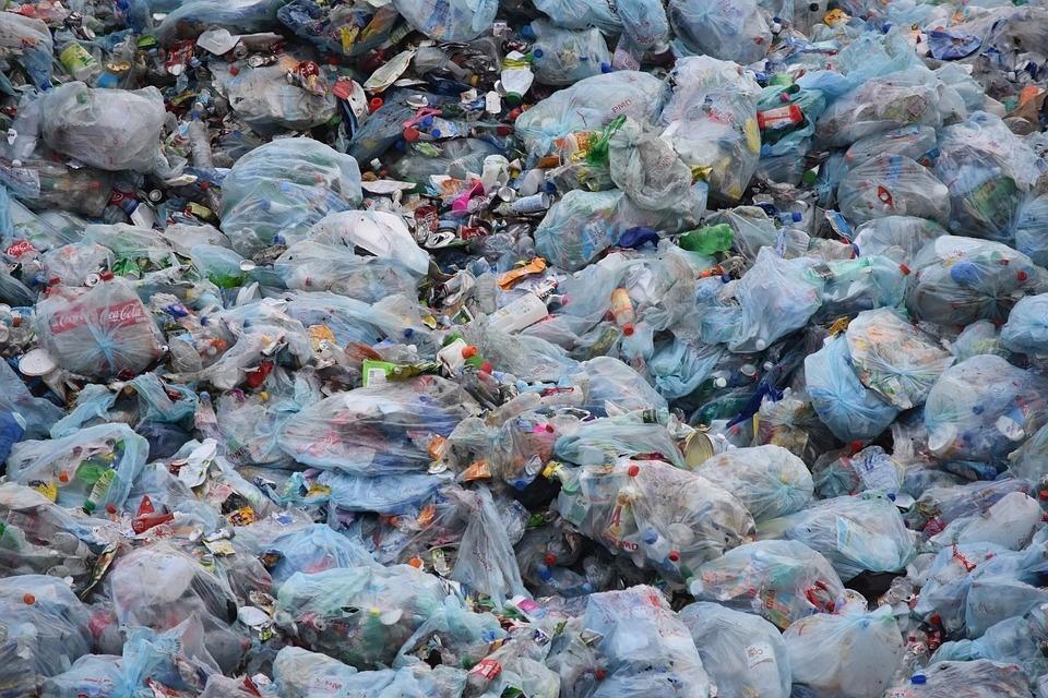 Vertedero lleno de plásticos
