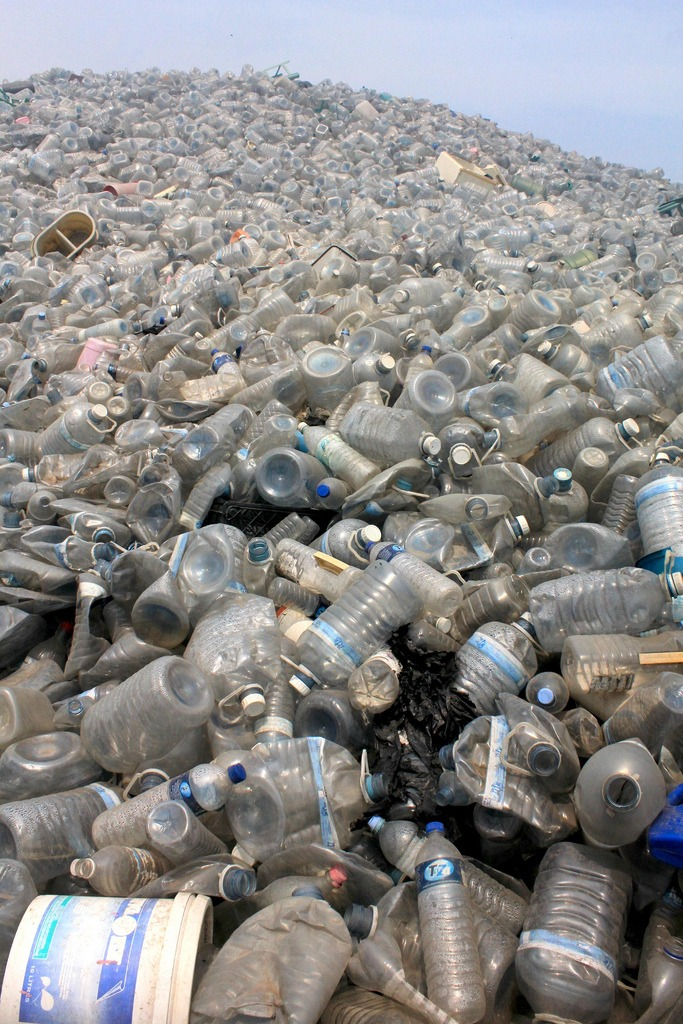 Montaña de residuos plásticos