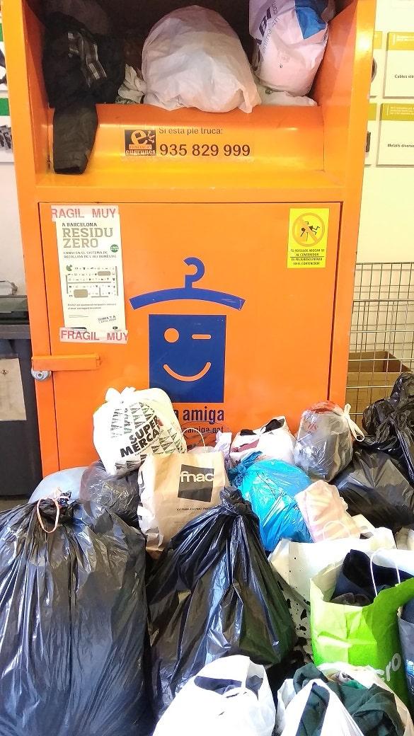 Foto contenedor de ropa desbordado